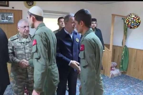 """Milli Savunma Bakanı ve Genelkurmay Başkanı, """"takkeli askerlerle"""""""