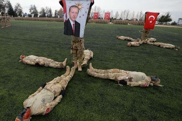 Mezun olan uzman erbaşlar törende Erdoğan posteri açtı