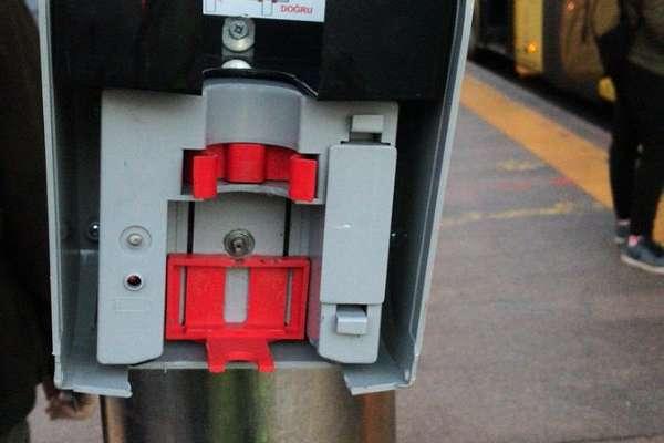 Metrobüs duraklarında yerleştirilen dezenfektan cihazları kırıldı