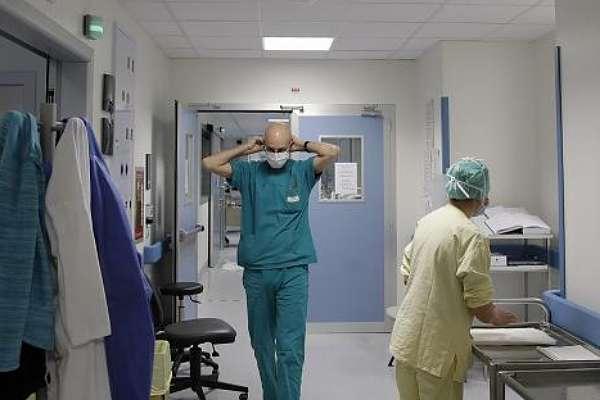 'Kalmadığı için' eldivensiz çalışan doktor hayatını kaybetti