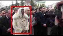 İYİ Partili Aylin Cesur, asker cenazesinde cemaatin önüne geçerek poz verdi