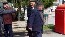 Yaşlı adam, korona uyarısı yapan habercilere bıçak çekti