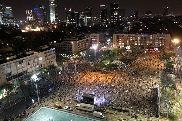 1500 kişi 'sosyal mesafeyi' koruyarak yolsuzlukları protesto etti