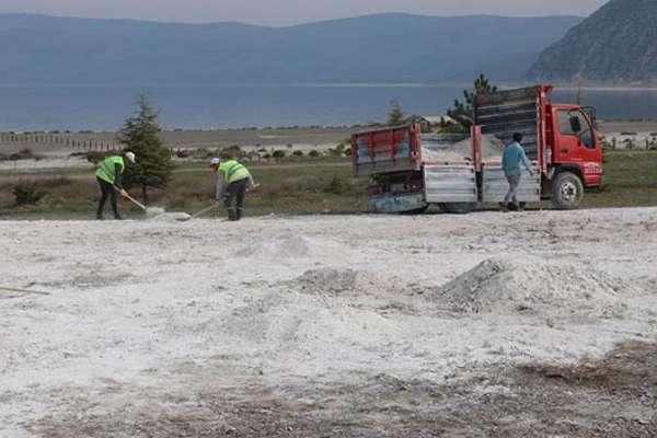 Salda Gölü'nde başka bir alana taşınan kumlar, yeniden eski yerine götürülmeye başlandı