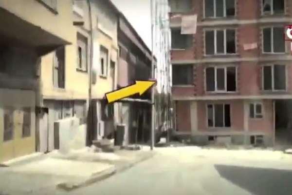 Yasal boşluktan yararlanarak yolun ortasına 4 katlı bina dikti!