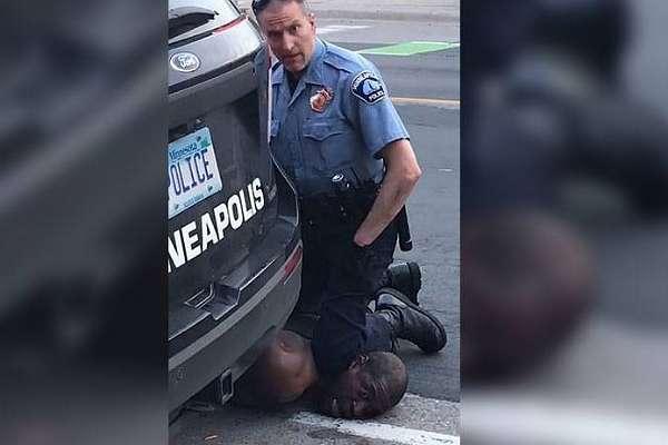Polis herkesin önünde siyahi genci nefessiz bırakarak öldürdü