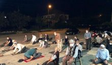 Cami imamına küsen ahali, namazı kıraathanenin önünde kıldı