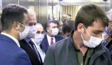 Salgınla ilgili sürekli 'mesafe' hatırlatmasında bulunan Koca, asansöre 10 kişiyle bindi