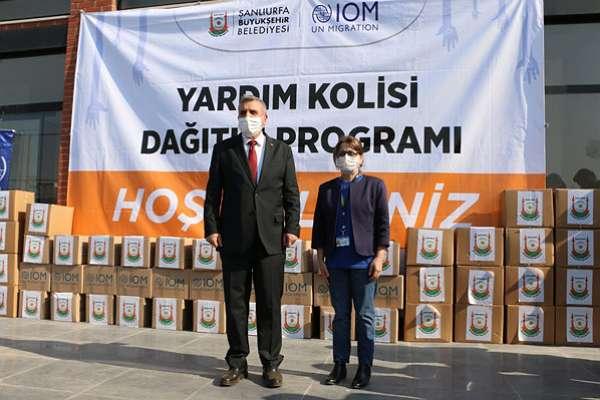 Şanlıurfa Belediye Başkanı ve AKP İl Başkanı, yardım kolilerini törenle dağıttı