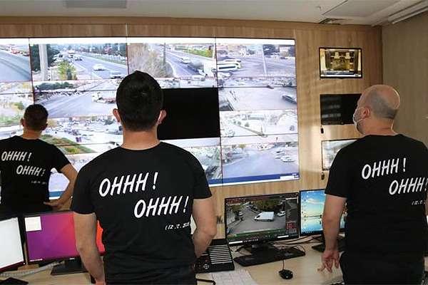 Mardin'de polisler 'ohh ohh' yazılı tişört giyip telsizden 'ohh ohh' diye anons geçti
