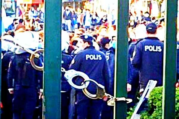 Polis, Boğaziçi Üniversitesi'nin kapılarını kelepçeledi