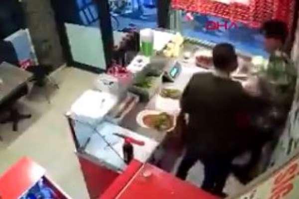 Çiğköftesi acı oldu diye satıcıyı darp etti