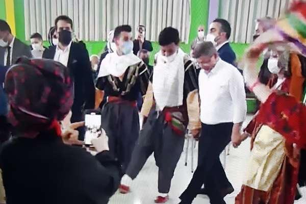 Muhteşem bir takiyye örneği: Davutoğlu kürsüde 'lebaleb kongreleri' eleştirdi, kürsüden inip halaya girdi