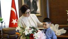 Yeni Bakan, 23 Nisan'da koltuğunu teslim ettiği çocuğa, 'Ramazan' gerekçesiyle çikolata ikram etmedi!