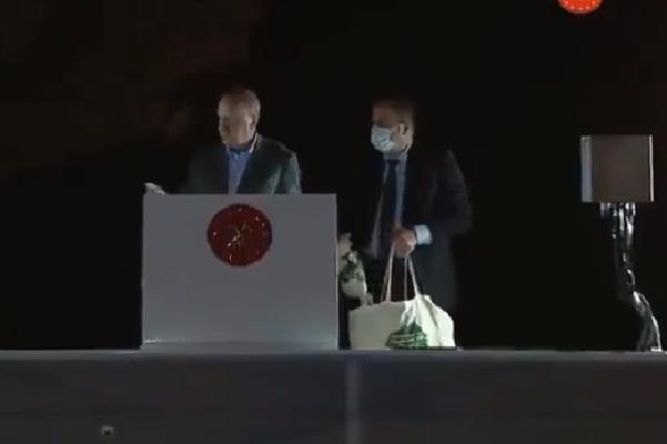 Erdoğan, orman yangının sürdüğü Marmaris'te çay dağıttı, tepkiler art arda geldi: İçin, hararetinizi alır!