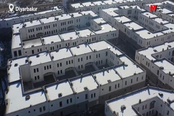 """Devlet Kürtleri düşünüyor: Diyarbakır'da """"cezaevi görünümlü evler"""""""