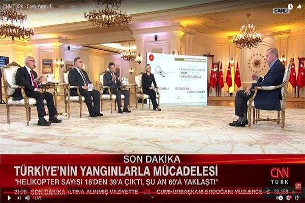 Erdoğan'ın katıldığı canlı yayında 'prompter' kameralara, gazetecinin 'fısıltısı' mikrofonlara yakalandı!