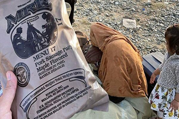 Gerici Yeni Şafak'a göre 'dram' Taliban terörü değil, kamplarda dağıtılan sosis!